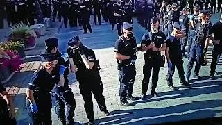 Piękne! Policja chroni się przed wirusem, a butelka z wodą wędruje.