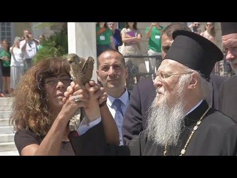 Ο Πατριάρχης Βαρθολομαίος απελευθέρωσε δύο γεράκια στις Σπέτσες