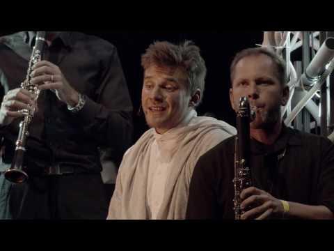 Bernsteinova MŠE s Vojtěchem Dykem v hlavní roli se dočkala oficiálního traileru
