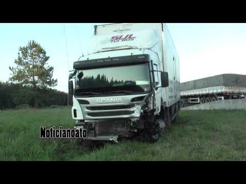 Acidente entre carro e caminhões mata motorista na BR-116, em Ponte Alta