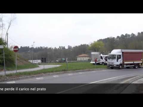 Incidente a Vergiate, furgone perde il carico nel prato