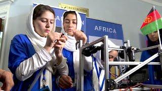 """163 Schüler-Teams aus 157 Ländern der Welt zeigen in der US-Haupstadt Washington bei der """"First Global Challenge"""" ihre Fähigkeiten in der Robotertechnik und lassen ihre Maschinen gegeneinander antreten. Mit dabei: ein Mädchen-Team aus Afghanistan, dem ursprünglich die Einreise in den USA verboten werden sollte."""