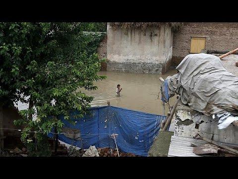 Εκατοντάδες νεκροί στις σφοδρές πλημμύρες που πλήττουν την Ασία
