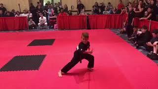 Mały chłopiec daje nieziemski popis treningu z kijem
