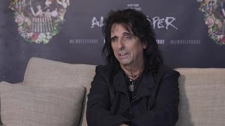 Alice Cooper Discusses Bar Brawl With Kasabian Over Iraq War