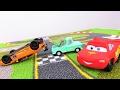 Erkek çocuk oyuncakları - McQueen araba yarışması yapıyor.