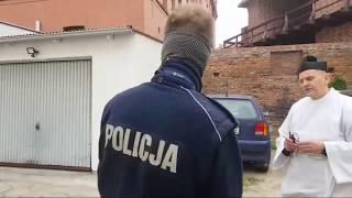 Ksiądz jedzie z policjantami jak z furą gnoju…