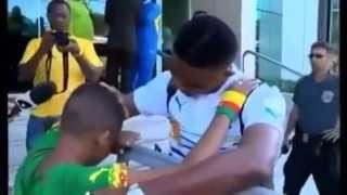 Download Lagu Un jeune Fan fait Pleurer Samuel Eto'o Mp3