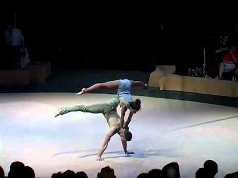 這對男女舞者跳到一半突然在舞台上不動,當她一往前…全場觀眾瞬間深深吸了一口氣!
