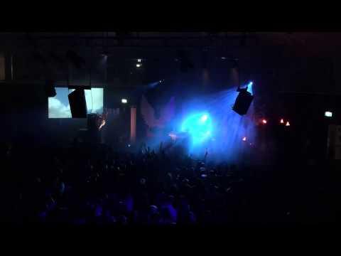 這名目中無人的夜店DJ在表演前得罪燈光師,之後表演到高潮處…全場觀眾傻眼望著他!