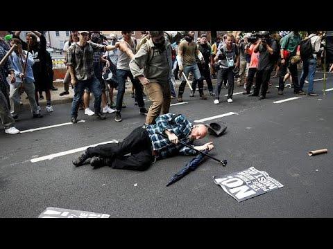 Όχημα έπεσε πάνω σε αντιρατσιστές – «Μάχη» με ομάδες ακροδεξιών
