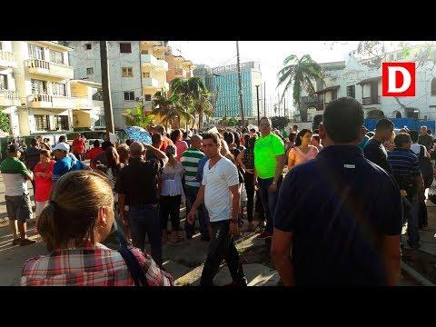 Decenas de cubanos acuden a la embajada de EEUU preocupados por el futuro de las visas