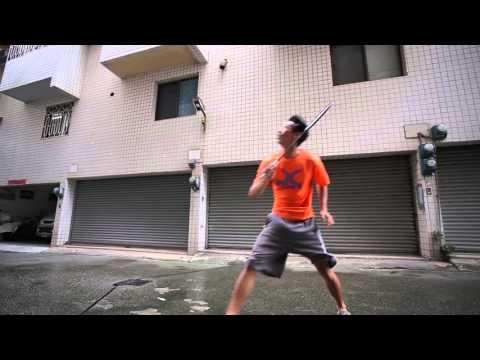 他在颱風天出門打羽毛球,不過「對手」卻讓人完全想像不到…