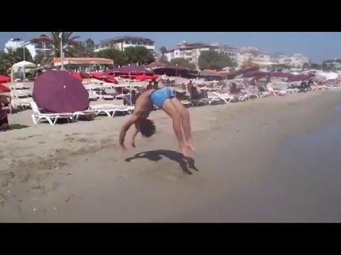ecco a voi l'acrobata che sbalordisce tutta la spiaggia