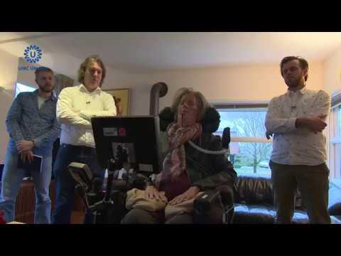 سيدة مصابة بالشلل تستخدم جهاز كمبيوتر للتواصل والكلام