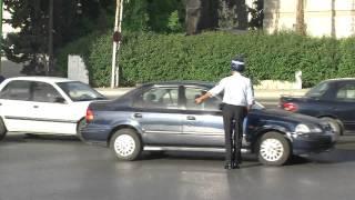 شرطي مرور ينظم السير بطريقة غريبة