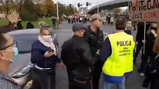 Kierowca wyszedł z baseballem na protestujących i zgarnęła go policja
