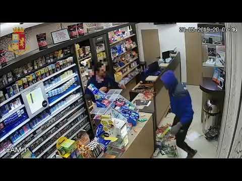 Rapina in diretta: tabaccaio colpito con il calcio della pistola