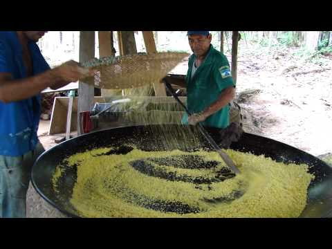 FAZENDO FARINHA DE MANDIOCA EM TEFÉ - AMAZÔNIA MAH00062