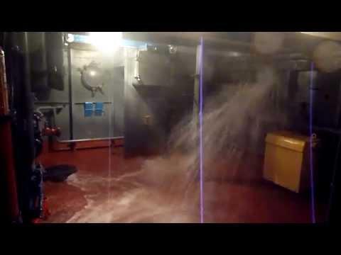 На борт поступает вода