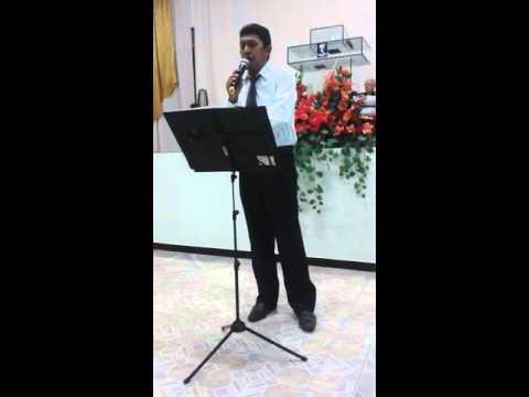 Luciano Moura louvando ná Igreja de Cristo em carnaubais