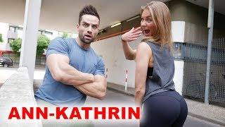 Ann-Kahtrin sieht nicht nur super aus, sondern ist auch mega fit!Sie ist amtierende Berliner-und Norddeutsche Meisterin der Bikini-Klasse. Ann-Kathrin auf YouTube▶▶▶https://www.youtube.com/channel/UClE4l7dFSDS_68N0TzUbtjw/featured*MEIN PROTEINPULVER▶▶▶http://goo.gl/JUZZJX10% Rabatt Code bei Ironmaxx▶▶▶GOEERKI10*Meine Barboza Trainings Klamotten▶▶▶http://bit.ly/grkibrbzMein Video-Equipment:*Hauptkamera▶▶▶http://goo.gl/DfApBx*Premium Kamera für beste Bilder▶▶▶http://goo.gl/H62elI*Vlogging-Kamera▶▶▶http://goo.gl/I1PS53*Mikrofo▶▶▶http://goo.gl/jK4XmK*Für Action Aufnahmen▶▶▶http://goo.gl/bK9xza*Drohne▶▶▶http://goo.gl/5zD0iP*Das beste Objektiv▶▶▶http://goo.gl/Rk5P1FDie mit * gekennzeichneten Links sind Affiliate Links, die zum Partnerprogramm von Ironmaxx, Barboza und Amazon gehören. Solltet ihr etwas über diese Links kaufen, bekomme ich eine Vermittlungsprovision, natürlich ohne dass ihr dafür mehr bezahlen müsst.⎯⎯⎯⎯⎯⎯⎯⎯⎯⎯⎯⎯💁 Instagram: https://www.instagram.com/goeerki 👮🏻 Facebook: https://www.facebook.com/goeerki👻 Snapchat: goeerksen ▶▶▶Mein Individueller Trainingsplan: http://www.goeerki.de/Jetzt abonnieren: http://goo.gl/8FicukBesucht mich auch aufTwitter: http://goo.gl/SZDXM9Google+: http://goo.gl/yGHrpaMein Supplement-Shop: http://www.ironmaxx.de