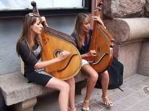 Bandura - Bandura (en ucraniano: Бандура) es un instrumento ucraniano de cuerda pulsada. Combina los elementos de la caja, de la cítara y el laúd, así como el predeces...