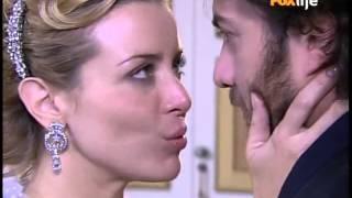 Aurélia diz a Fernando que o ama. Um oficial da justiça chega para entregar um documento à Aurélia.