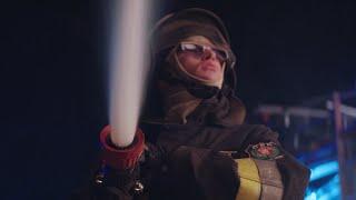 Pojechali po bandzie! Niewidomy strażak prowadzi wóz strażacki!