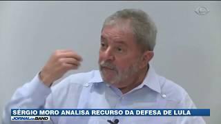 O juiz Sérgio Moro analisa um recurso da defesa de Lula no caso do tríplex no Guarujá. Só a partir disso o processo irá para a segunda instância - o TRF em Porto Alegre.