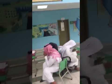 العرب اليوم - لعب معلمين داخل فناء مدرسة يثير استياء السعوديين