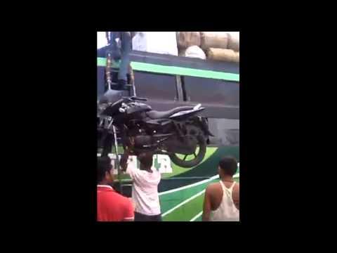 瞧瞧外掛民族如何將機車搬上巴士