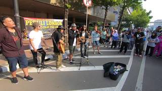 Download Video Tak Sadar..!! Pengamen ini di Tonton Penyanyi Aslinya | Akhirnya dapat PELUKAN..!! MP3 3GP MP4