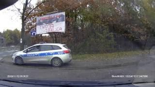 Policja wmawia kierowcy wykroczenie, którego nie popełnił i niesłusznie daje mandat.