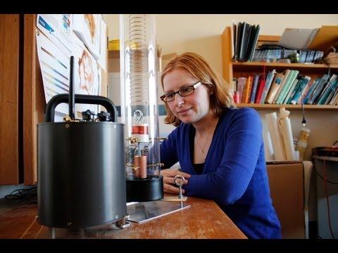 School of Shock - Natalie Balfour diskutiert die Seismometer in Schulen-Programm
