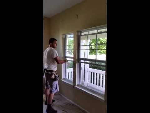 Polak demontuje okna w USA.