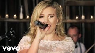 Video: Kelly Clarkson 'Tie It Up'
