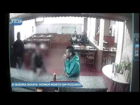 العرب اليوم - شاهد: لقطات صادمة لإطلاق النار على رجل يشرب البيرة مع صديقه
