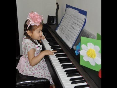 """Camilla ThyThy tập """"đánh đàn"""" piano và ca hát (4 tuổi)"""