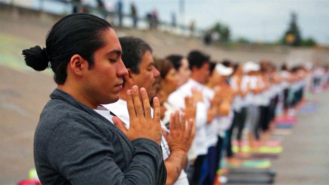 Yoga Class at US-Mexico Border Promotes Unity Without Walls - YouTube