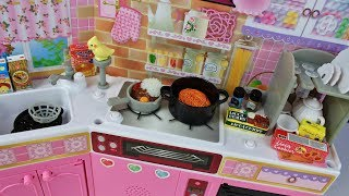 Unboxing toy food playsets by Re-ment pretend play cooking spaghetti bolognese, special curry and making coffee using the Licca doll and kitchen playset from Japan.