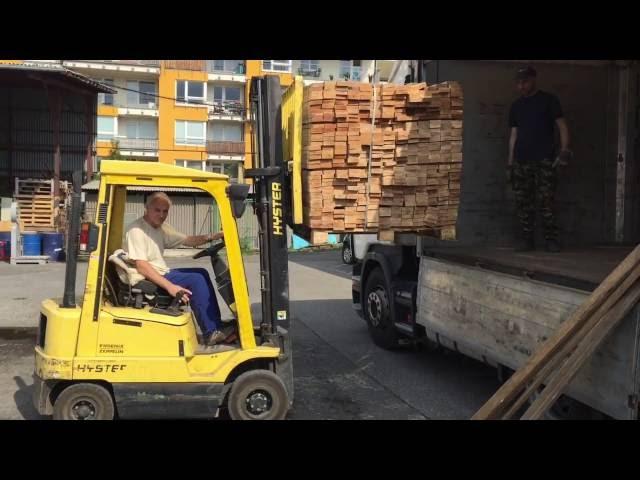 Odbavování kamionu z Kavkazu - dubové řezivo