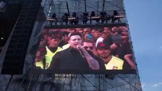 ¡Terminó en el suelo! Marilyn Manson sufre tremenda caída durante un concierto en México