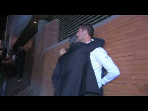Mourinho sale in macchina, fa fermare l'auto, torna da Materazzi e lo abbraccia piangendo (видео)