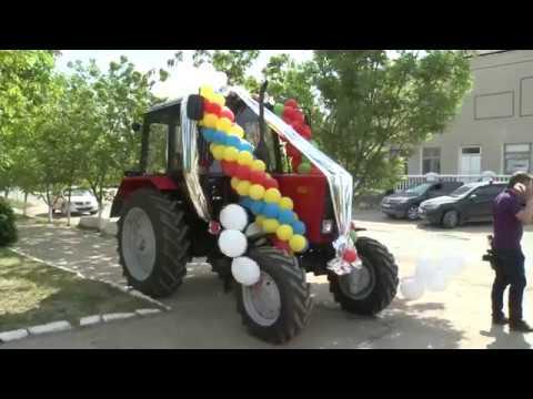 Președintele Igor Dodon a înmînat primarului localității Copanca cheile de la un tractor dăruit de Președintele Republicii Belarus
