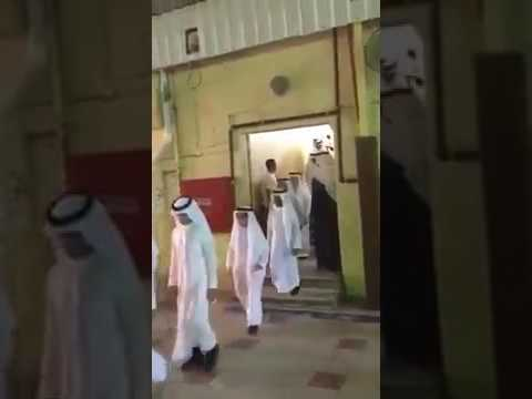 العرب اليوم - تصرف معلم مع طالب في حفلة التخرج يشعل مواقع التواصل