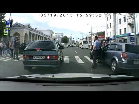 在俄羅斯開車不讓路人先走,他就直接跳上你的車子走過!