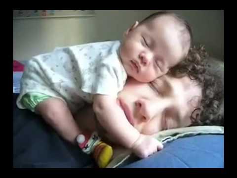 Hài hước em bé ngủ trên mặt bố