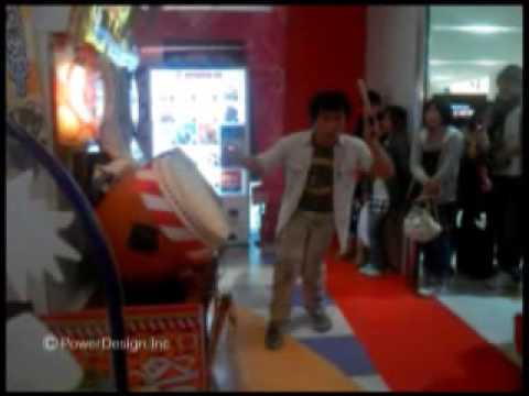 「[ゲーム]太鼓の達人を踊りながらプレイするパフォーマーゲーマー。」のイメージ