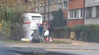 Cyganie okradają kontener PCK